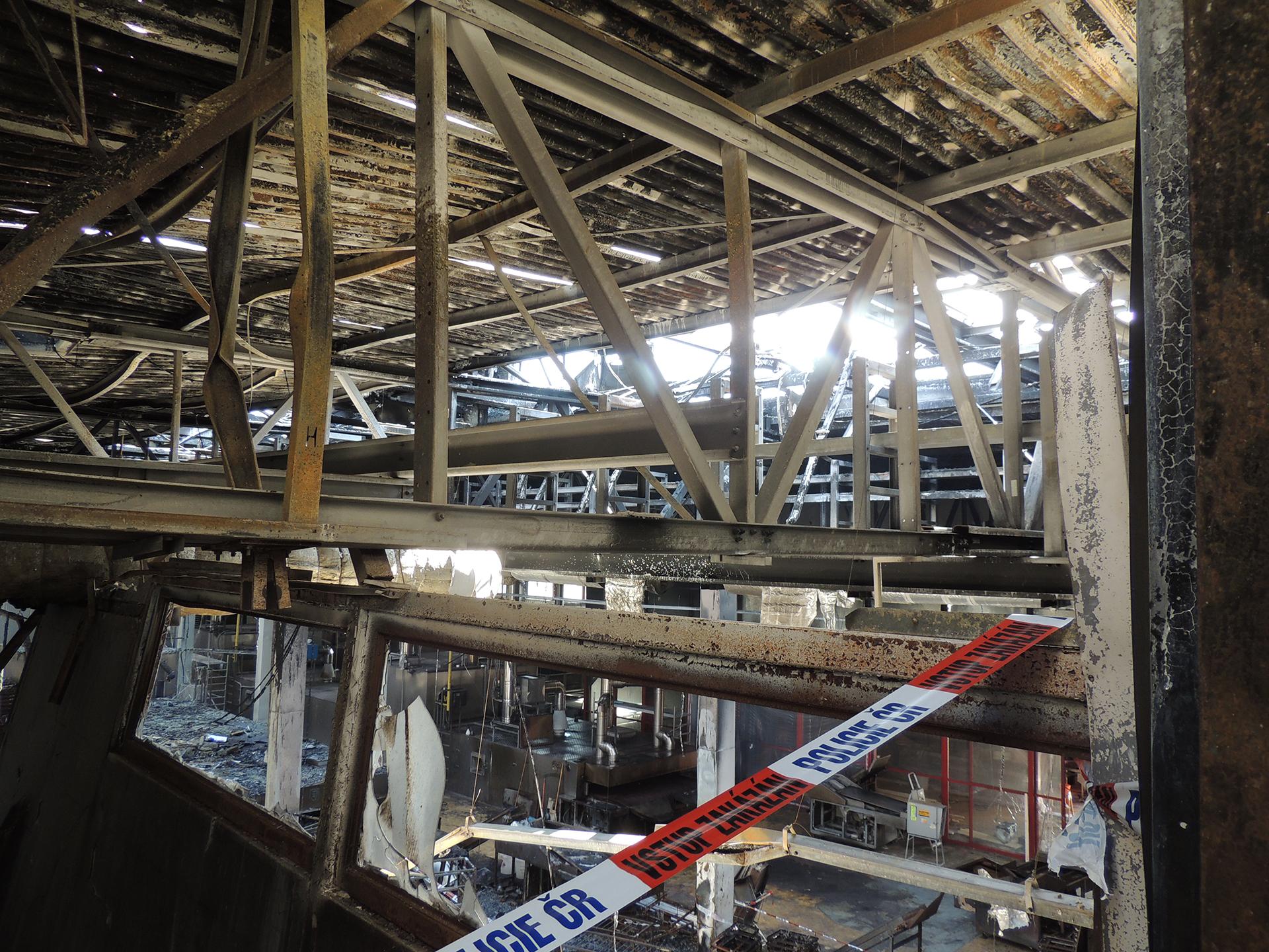Opláštění výrobní haly bezprostředně po požáru.